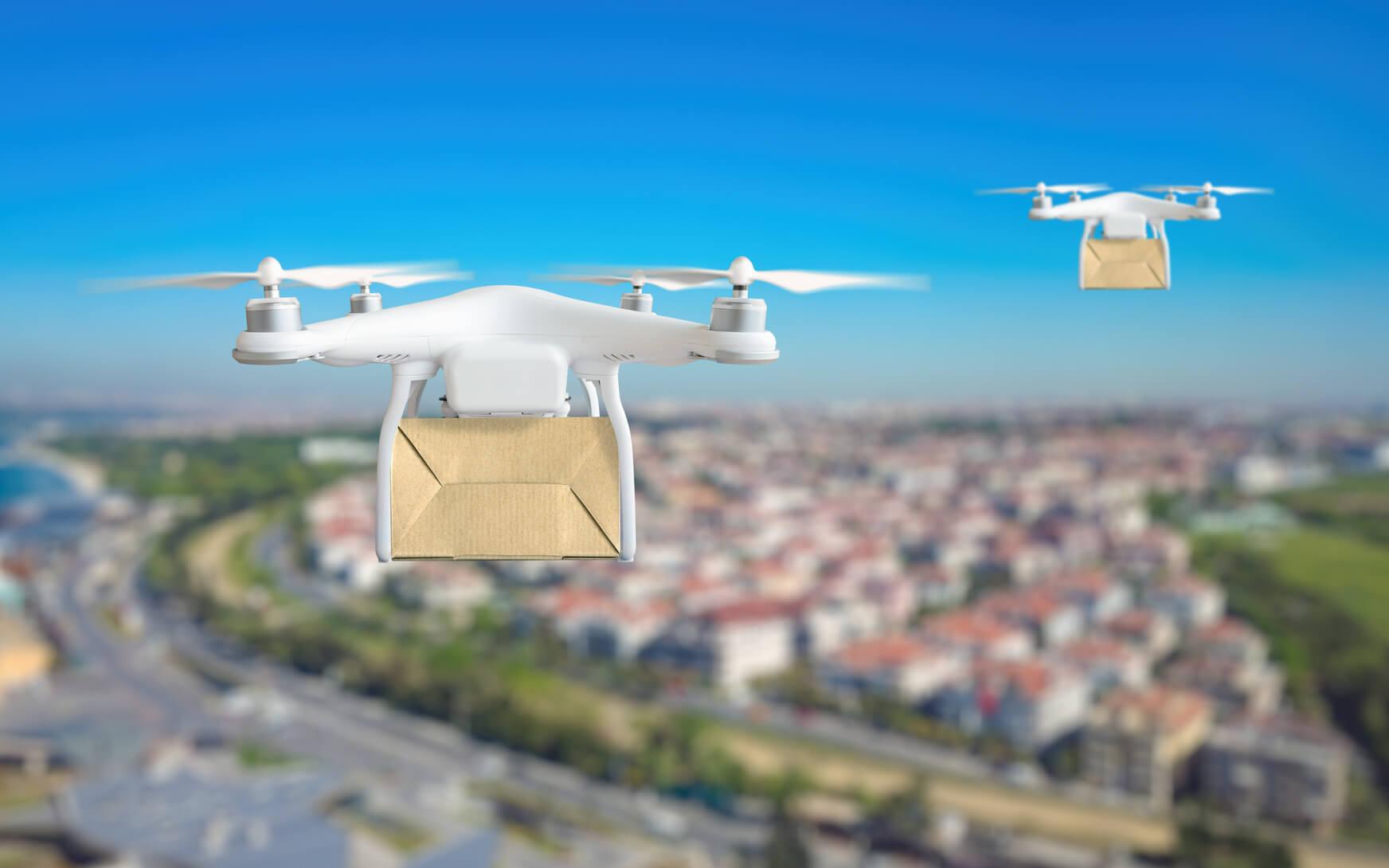 Drohnen fliegen ueber Stadt